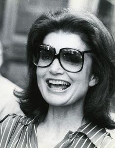 b8a22b46b1 1979_Jackie-Kennedy con modelo cuadrado de gafas de sol y cristal degradado  Fotografía Retratos,