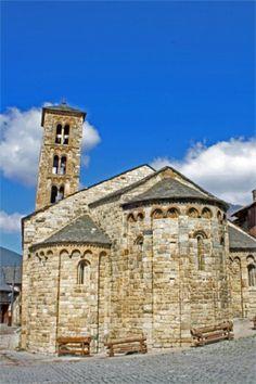 Iglesia románica de Santa María de Taüll (Lleida) del año 1123. La decoración es lombarda en sus ábsides. La torre está incluida en el edificio. La planta es basilical, con tres naves.
