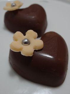 Chocolate meio amargo em formato de coração com recheio de ameixa!!