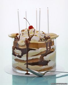 Banana Split Cake ~ This gooey trifle overflows with layers of vanilla cake, vanilla pudding, whipped cream, bananas, and drippy chocolate sauce. Party Desserts, Just Desserts, Delicious Desserts, Dessert Healthy, Healthy Food, Banana Split Cake Recipe, Dessert Oreo, Banana Dessert, Cake Recipes