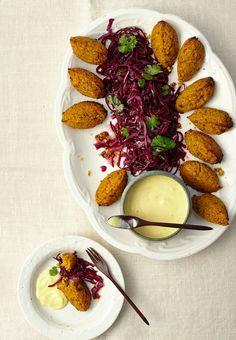 Gebackene Nocken aus Süßkartoffeln und -lupinen umkränzen den leicht pikanten roten Kohl. Der Dip dazu ist eine Überraschung aus Orangensaft, Ingwer - und Tofu.