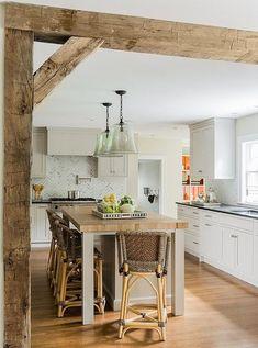 Vigas de madera envejecida a la vista en una cocina #vigas #madera #decoracion