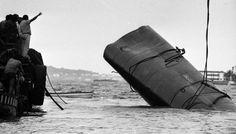 Num teste de carga, feito em 24 de março de 1970, plataforma flutuante não resiste e leva à morte de oito pessoas, entre elas três engenheiros Foto: Arquivo/Ag. O Globo