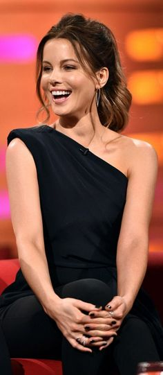Who made Kate Beckinsale's black one shoulder shirt and pants?