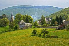 Le Morvan, l'un des plus beaux Parcs Naturels Régionaux de France, situé au cœur de la Bourgogne. Terre de mystères et de légendes, le parc est un paradis pour les amateurs de grands espaces, de forêts, de lacs et de rivières. On y pratique des sports aussi variés que l'escalade, la randonnée, le rafting et le VTT.