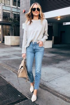 Cute casual outfit, wears a sweater with jeans GALA Fashion Outfit Jeans, Sweater Outfits, Sweater Cardigan, Sweater Fashion, Jeans Shoes, Light Jeans Outfit, Grey Sweater Outfit, White Shoes Outfit, Comfy Outfit