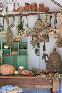 10 Simple Ideas for decorating with Dried Flowers - French Country Cottage Vintage Wood, Vintage Decor, Vintage Bee, French Vintage, French Country Cottage, Hanging Flowers, Autumn Home, Dried Flowers, Ladder Decor