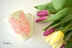 Ręcznie malowany kubek na dzień matki.  #kubek #kwiaty #ręczniemalowane #namalowane #dzieńmatki #motherday #mother #mom #flowers #tulips #love #heart #serce #kocham
