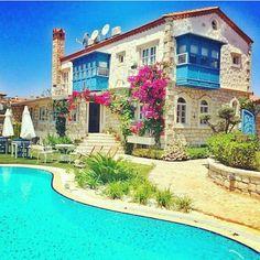 TURİSTİK BUTİK OTELLER - Alaçatı / İzmir / Türkiye Tropical Vibes, Tropical Paradise, Tropical Garden, Holiday Boutique, Beautiful Pools, Holiday Travel, Happy Sunday, Architecture Design, Relax
