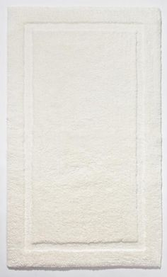 Kuscheliger Badteppich in creme aus reiner Bio-Baumwolle. Der Badvorleger hat einen Rahmen mit etwas kürzeren Flor, der ihm ein klassisches Aussehen verleiht. Geeignet auch für die Verwendung in anderen Wohnbereichen wie Schlafzimmer, Kinderzimmer oder Wohnzimmer. Schadstoffgeprüft nach Ökotex100. Geeignet für Fußbodenheizung.