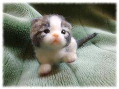 寝起きの赤ちゃん猫を作ってみました~ (^_^)/おはよ~ 赤ちゃん・・・ お・は・よ~ マミ~(^=ーェー=^)・・・・針金の芯に羊毛フェルトで柔らかく覆っております。 Needle Felted Cat, Needle Felted Animals, Felt Animals, Cute Animals, Cute Tigers, Cute Stuffed Animals, Felt Cat, Wet Felting, Felt Toys