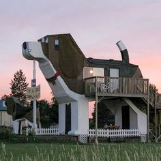 Dog Bark Park Inn, Cottonwood, Idaho >> A dog house! Chainsaw Wood Carving, Wood Carvings, Crazy Houses, Weird Houses, Cool Dog Houses, Unusual Buildings, Niches, Unusual Homes, Modern Houses