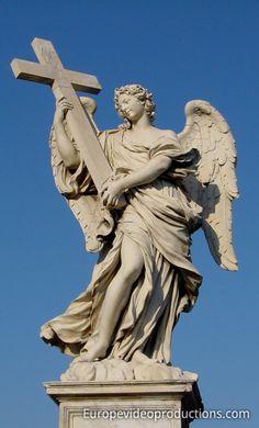 Statue de l'Ange avec la Croix sur le pont de Sant'Angelo à Rome en Italie