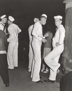 """Socializing""in Central Park, NYC 1940 Vintage Couples, Cute Gay Couples, Vintage Men, Vintage Sailor, Photos Originales, Navy Man, Men In Uniform, Military Men, Before Us"