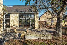 Jídelnu spojuje se zahradou široké dvoukřídlé francouzské okno, což majitelé domu ocení obzvlášť v létě.