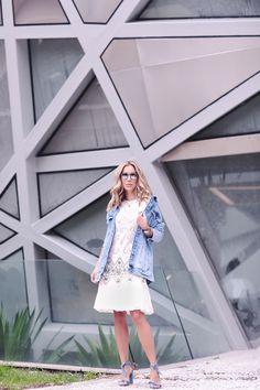 Look de Helena Lunardelli no primeiro dia da SPFW: vestido LN Brand branco rendado com jaqueta Pat Pat's jeans para C&A, sandálias Alexandre Birman azul e óculos Armani.