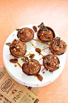 Cupe cu cremă de ciocolată, caramel sărat şi nuci pecan Caramel, Muffin, Breakfast, Food, Pie, Sticky Toffee, Morning Coffee, Candy, Essen