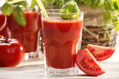 SUCO DETOX DE TOMATE Ingredientes : 200 ml de suco de tomate pronto, 25 ml de suco de limão, 2 gotas de pimenta Tabasco (a gosto), Água com gás Modo de preparo : Misture todos os ingredientes e sirva em copos de vidro com pedras de gelo.