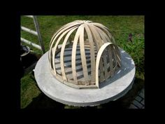 building a wooden fired pizza oven, light construction. Build A Pizza Oven, Pizza Oven Outdoor, Outdoor Cooking, Wood Fired Oven, Wood Fired Pizza, Pain Pizza, Oven Diy, Outdoor Fireplace Designs, Bread Oven