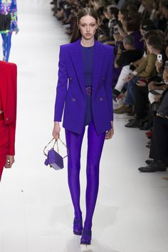 See all the Collection photos from Versace Spring/Summer 2018 Ready-To-Wear now on British Vogue Purple Fashion, Fashion 2018, Fashion Week, Colorful Fashion, Runway Fashion, Spring Fashion, Fashion Brands, High Fashion, Womens Fashion