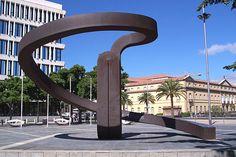 """Plaza de Europa  y escultura de Martín Chirino  La escultura de Martín Chirino """"el sueño de los continentes"""" del año 1992 situada justo encima de la desembocadura del barranco de Santos en lo que forma la plaza de Europa. Al fondo el museo de la Naturaleza y el Hombre."""