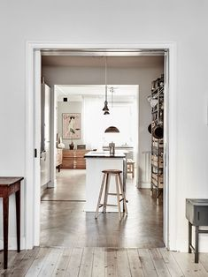 Scandinavian interior design, apartment in Malmö. Home of Andrea Papini. Boho Chic Interior, Bohemian Bedroom Design, Country Look, Scandinavian Apartment, Scandinavian Interior, House Ideas, Swedish House, Swedish Home Decor, Piece A Vivre