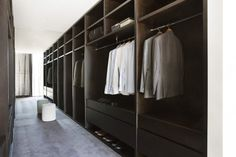 Malvern House by Lubelso: Contemporary Cutting-Edge House Design: Amazing Walk In Closet Design With Long Iron Handle Dark Shelves And Dark . Walk In Robe, Walk In Wardrobe, Walk In Closet Design, Closet Designs, Room Interior, Interior Design Living Room, Malvern House, Dressing Room Design, Dressing Rooms