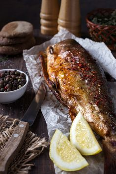 Fried fish with spices and lemon. Fried fish with Whole30 Fish Recipes, Easy Fish Recipes, Baked Salmon Recipes, Lemon Recipes, Baking Recipes, Baked Whole Fish, Baked Fish, Photo Restaurant, Food Pictures