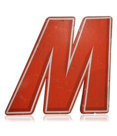 Letra caixa em metal pintado, vazada na parte de trás. Peça decorativa. www.desmobilia.com.br
