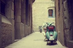 Vespas by Βethan on Flickr. ©Βethan 2012 Some rights reserved License: CC BY-NC-ND 2.0