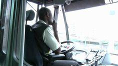 De buschauffeur van de touringcar was een flauwe grappenmaker. Hij doodde de tijd ook door te zingen op de bus. Was