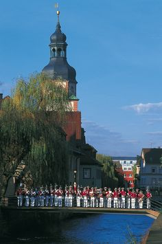 Bürgerwehr in Ettlingen • 140 Mitglieder stehen für Tradition und Brauchtum • Seit 1715 gibt es die Bürgerwehr die zu Ehren der Markgräfin Sybilla Augusta gegründet wurde. Es gibt eine Infanterie, eine Artillerie, Trachtendamen und eine Musikkapelle