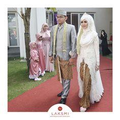 NEW COLLECTION  - dress akad - .  Dress akad dengan ekor sampai menyentuh tanah ini memang sedang diminati. Kesan anggun sang mempelai terpancar dari busana @kebayalaksmi yang satu ini  Untuk pasangan prianya, LAKSMI juga punya banyak setelan dari jas, basofi hingga beskap.  Nah, sahabat Laksmi mau busana pengantin yang seperti apa untuk pesta pernikahanmu nanti ??? Kebaya Wedding, Muslimah Wedding Dress, Muslim Wedding Dresses, Muslim Brides, Wedding Gowns, Javanese Wedding, Indonesian Wedding, Akad Nikah, Dress Sewing Patterns