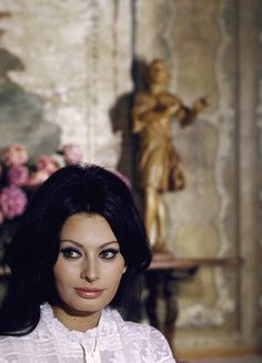 Sophia Loren é ícone de beleza atemporal com sua maquiagem marcante e sensual Carlo Ponti, Sophia Loren, Vintage Hollywood, Hollywood Glamour, Hollywood Stars, Classic Hollywood, Timeless Beauty, Classic Beauty, Most Beautiful Women