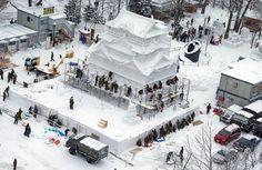 Escultura de neve sendo finalizada para o Festival de Neve de Sapporo, em Hokkaido, Japão. São usadas aproximadamente 32.500 toneladas de neve.