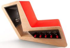 ワイン置き場付きの椅子。座りながらすぐにワインを取り出せて便利そう。