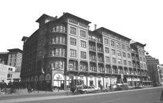 II. VAKIF APARTMANI - 1930 ANKARA, Mimar: Kemalettin Bey / I.Ulusal Mimarlık Akımı.Vakıflar Genel Müdürlüğü'nün kira yoluyla gelir sağlamak amacıyla yaptırdığı ve 1926–27 yılında tasarlanmıştır.Yapının dört köşesindeki balkonların ve korkuluklarının yuvarlatılmış hatları, çoğu kare biçimli kemersiz pencereler, süslemenin en aza indirgenmesi yapıyı ulusal üslûptan ayıran özellikler olarak ortaya çıkmaktadır. Bezemenin yoğunlaştığı yer, üzerindeki oval kubbesiyle tiyatro salonudur.