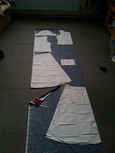 This is how to lay out a pattern. Sewing For Dummies, Picnic Blanket, Outdoor Blanket, Dressmaking, Dress Patterns, Layout, Creative, Sew Dress, Dress Making Patterns