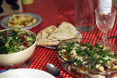 Fattoush is een heerlijke Libanese salade die tijdens je Libanese diner niet mag ontbreken. Wij geven het traditionele recept voor fattoush!