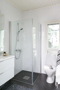 Hienostuneen tyylikästä! Tämän ylellisen, monien mukavuuksien kodin pääsisääntulokerroksessa sijaitsevat olohuone, keittiö ja ruokailutila, jotka muodostavat yhtenäisen avaran kokonaisuuden. Tilan hienostunutta tunnelmaa korostavat hohtavan valkoinen lattia, oh:n lähes 6m:n huonekorkeus kattoon asti ulottuvine ikkunoineen, vehreälle takapihalle johtavat lasipariovet sekä tyylikäs takka. Samassa kerroksessa sijaitsee lisäksi wc sekä työhuone, joka toimii mainiosti myös neljäntenä… Small Basement Bathroom, Big Bathrooms, Laundry In Bathroom, Bathroom Design Small, Bathroom Renos, Bathroom Layout, White Bathroom, Bathroom Renovations, Bathroom Interior