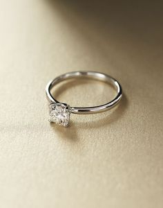 A real beauty 0.47CT Solitaire diamond White Gold Engagement Ring
