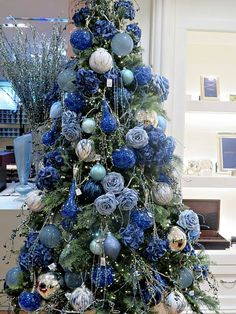 Blue Christmas Decor Ideas That Speaks of Style and Grace Effortlessly - Hike n Dip - - Here are best Blue Christmas Decor Ideas. From Blue Christmas Trees to Blue Christmas Home Decors to Turquoise decor to teal decor ideas / inspo are here. Corner Christmas Tree, Blue Christmas Tree Decorations, White Christmas Trees, Christmas Tree Design, Beautiful Christmas Trees, Christmas Colors, Christmas Christmas, Vintage Christmas, Christmas Mantles