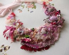 Art Shabby Chic cast by hand. Necklace embroidered with lace and stones. Crochet Bib, Crochet Fabric, Freeform Crochet, Unique Necklaces, Beautiful Necklaces, Handmade Necklaces, Shibori, Flower Girl Headbands, Lace Flowers