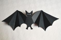 FREE printable Bat Template bergfalte means mountain fold, talfalte means valley fold Décoration Table Halloween, Halloween Orange, Halloween Bats, Holidays Halloween, Bricolage Deco Halloween, Moldes Halloween, Adornos Halloween, Vbs Crafts, Fall Crafts