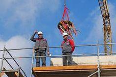 Isernhagen HB - neues Feuerwehrhaus: Polier Armin Barthel (links) prostet auf das neue Feuerwehrgerätehaus in Isernhagen H.B., daneben Maschinist Uwe Polinger.