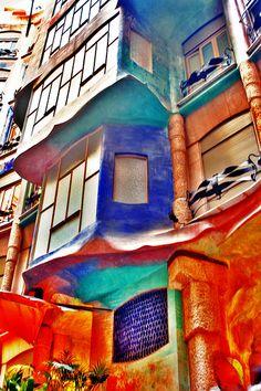 A colorful facade of La Padrera Building in Barcelona by Gaudi. Amazing Buildings, Amazing Architecture, Modern Buildings, Gaudi Barcelona, Art Nouveau Arquitectura, Antonio Gaudi, Art Deco, Street Art, Artwork
