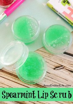 Skin care for teens lip balm Spearmint Lip Scrub. Have dry, chapped lips? Exfoliate your lips with your own, homemade lip scrub. You can easily, and inexpensively, make your own spearmint lip scrub with using these simple step by step instructions. Cure For Chapped Lips, Dry Lips, Lip Scrub Homemade, Homemade Moisturizer, Diy Body Scrub, Diy Scrub, Lipgloss Diy, The Body Shop, Diy Rose