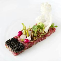 A tranquil beef recipe, pretty beef tartar plating Bistro Food, Pub Food, Tapas, Chefs, Gourmet Recipes, Cooking Recipes, Michelin Star Food, Steak Tartare, Western Food