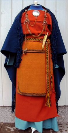 Mikkelin muinaispuku - Ancient dress of St. The ancient dresses are reconstructed based on pre-historic grave finds. Costume Viking, Viking Garb, Viking Dress, Folk Costume, Viking Clothing, Viking Jewelry, Iron Age, Historical Costume, Historical Clothing
