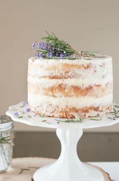 Maravillosa Naked Cake para una boda de poquitos invitados